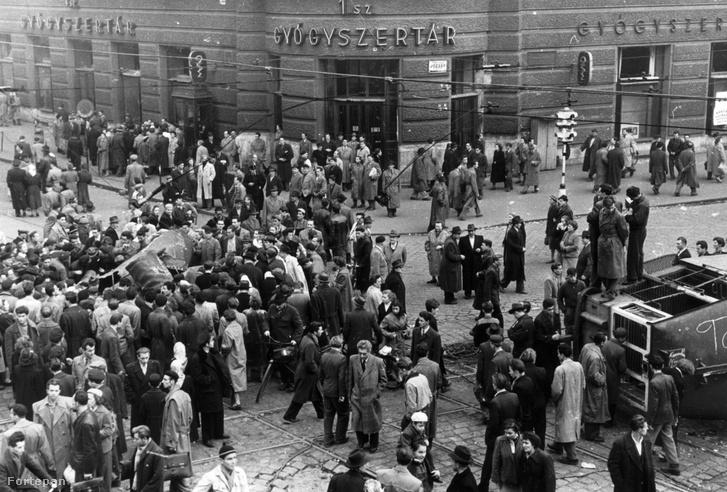 A Vörös Csillag gyógyszertár 1956-ban, előtérben a Sztálin-szobor feldarabolása zajlik