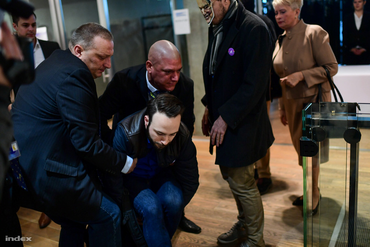 Berg Dánielt, a Momentum kaposvári jelöltjét biztonsági őrök vezették ki a helyszínről