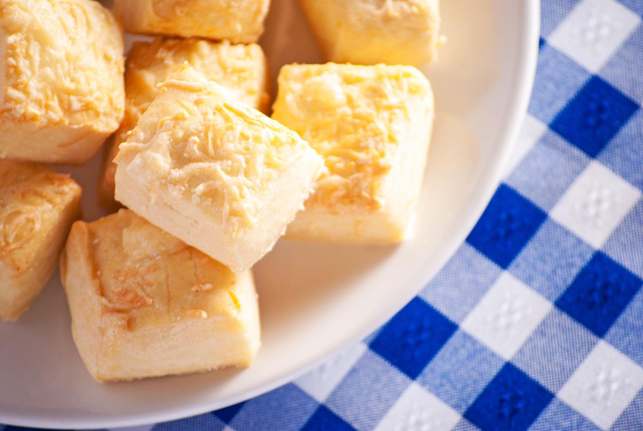 Könnyű, omlós sajtos falatok: sós süti, amit nem kell keleszteni