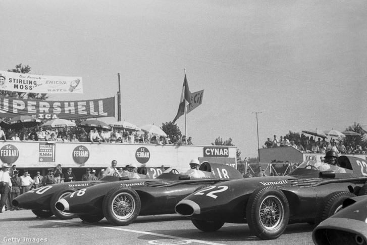 Az első sorba felálló négy pilóta az 1957-es Olasz Nagydíjon Monzában. Balról jobbra: Stuart Lewis-Evenas (#20), Stirling Moss (#18), Tony Brooks (#22) és a kép szélén Juan Manuel Fangio (#2)
