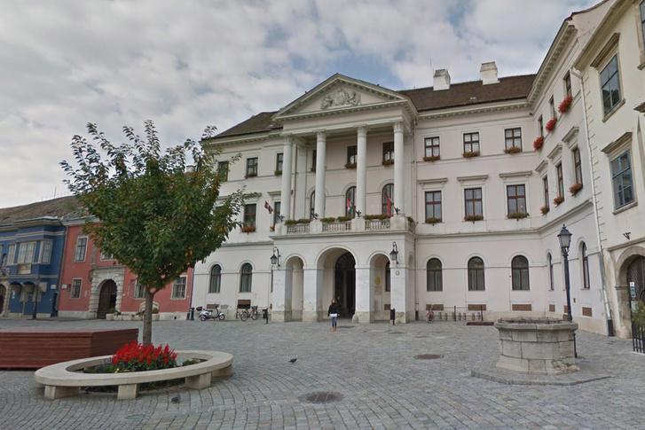 A soproni járási hivatal épülete a Fő téren; ennek a helyén állt a gróf háza