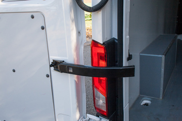 Egy mozdulattal kiakasztható a hátsó ajtók határolója