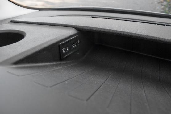 USB-aljzat is van, de Bleutooth-on is csatlakoztathatjuk a telefonunkat