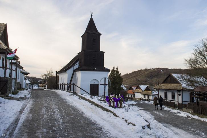 Hollókő ófaluja a Nógrád megyei település világörökséggé nyilvánításának 30. évfordulóján rendezett ünnepség előtt 2017. december 10-én.