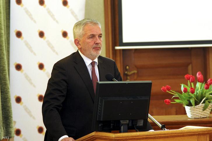 Páva Zsolt Pécs polgármestere beszédet mond a Magyarok második kulturális világtalálkozóján Pécsett a megyeháza épületében 2017. április 1-jén.