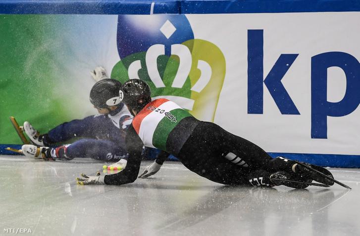 Az orosz Viktor An és Burján Csaba bukása a drezdai rövidpályás gyorskorcsolya Európa-bajnokság férfi 1500 méterének elõdöntőjében 2018. január 13-án.