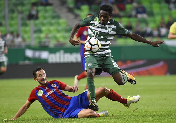 A ferencvárosi Joseph Paintsil (j) és Kire Ristevski a Vasas játékosa a labdarúgó OTP Bank Liga 8. fordulójában játszott Ferencváros - Vasas mérkőzésen a Groupama Arénában 2017. szeptember 9-én.