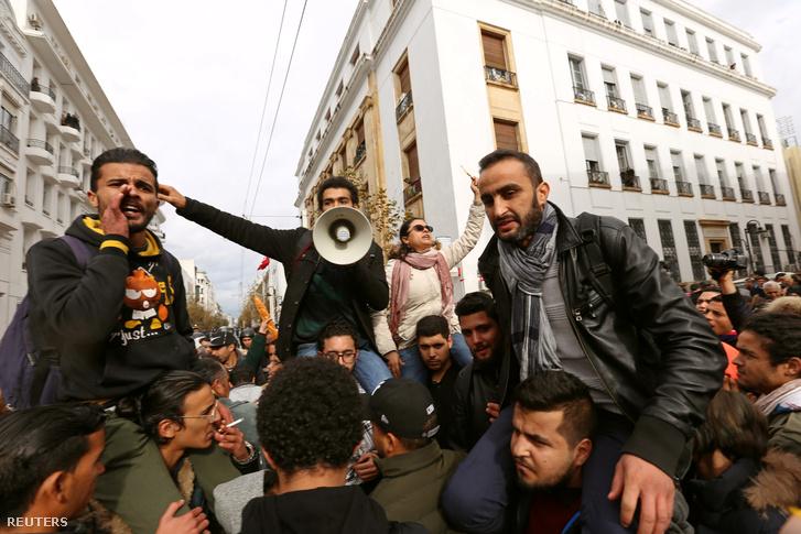 Tüntetők Tuniszban