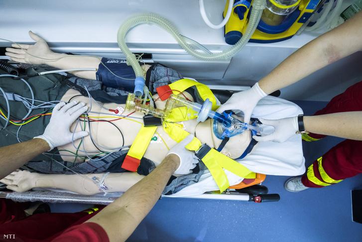 Hallgatók bemutatója egy szimulációs mentőautóban a Semmelweis Egyetem Egészségtudományi Kara Oxiológia és Sürgősségi Ellátás Tanszékén