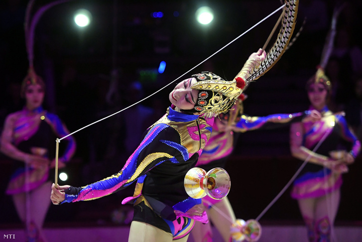 A győztes Kínai Nemzeti Akrobata Társulat a XII. Budapesti Nemzetközi Cirkuszfesztivál díjátadó gáláján