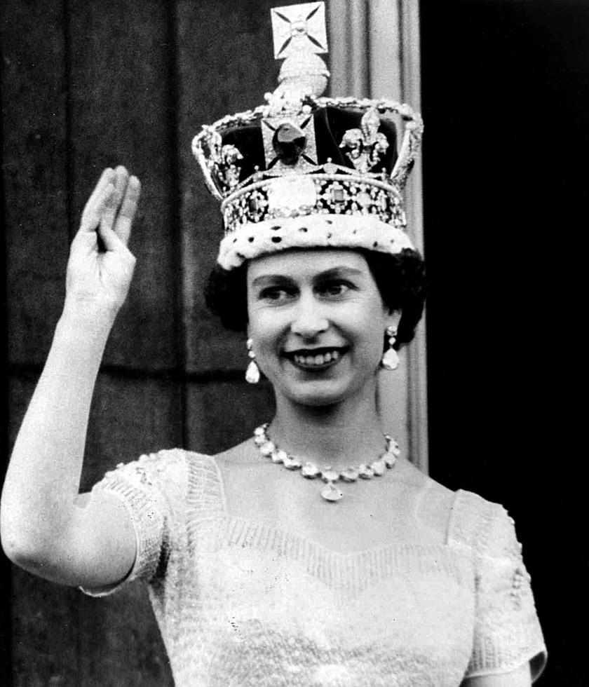 II. Erzsébet a Buckingham-palota erkélyén, koronázása után, 1953-ban.