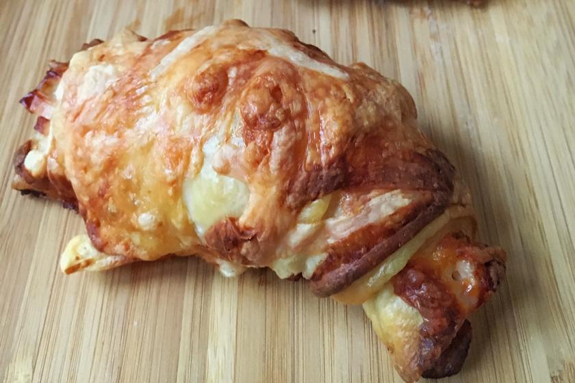 Sonkás-sajtos croissant: gyors verzió lusta reggelekre