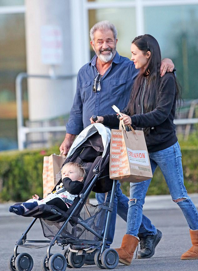 Mel Gibson ennél boldogabb már nem is lehetne: a gyönyörű barátnője épp a közös kisfiukat tolja babakocsiban - mit is kívánhatna még?