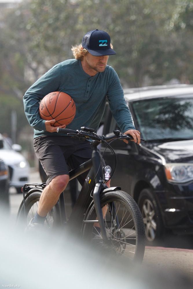 Vajon Owen Wilson itt  épp kosarazni indul? Vagy pont, hogy kosarazásból biciklizik hazafelé?Nem mindegy!                         (Amúgy utóbbi a helyes válasz.)