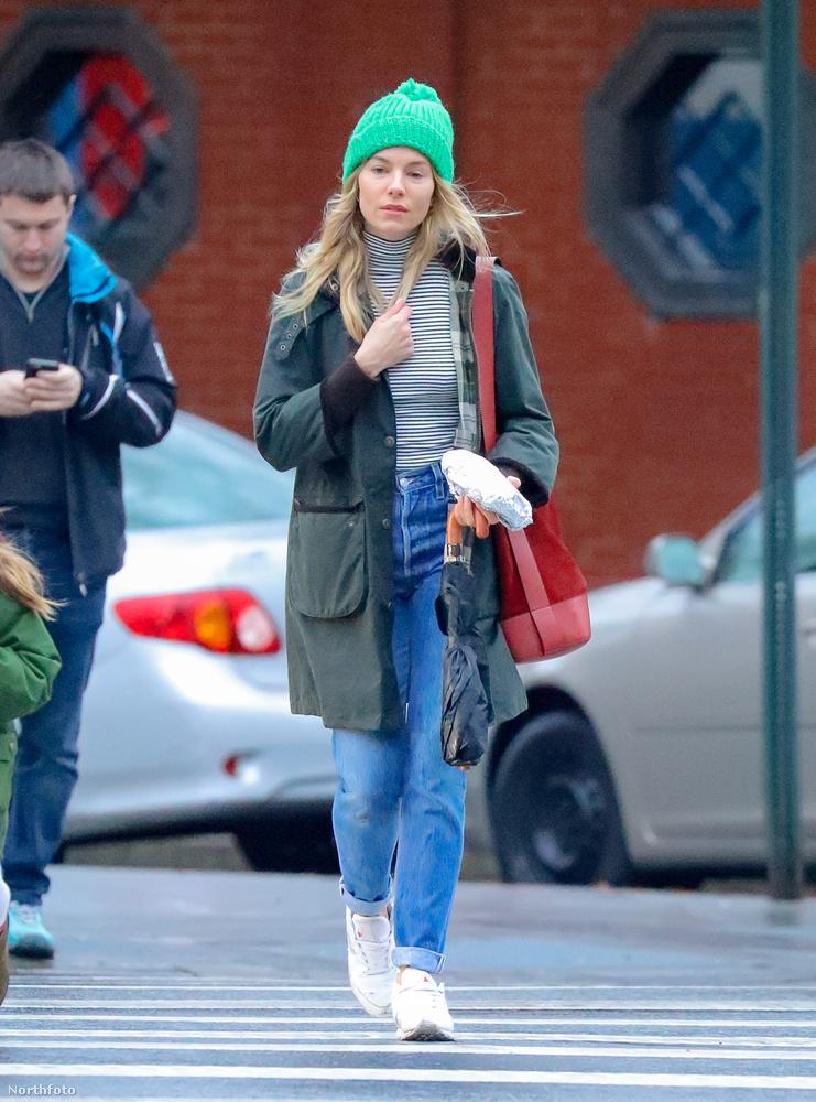 Sienna Miller átkel egy kereszteződésen New York városában