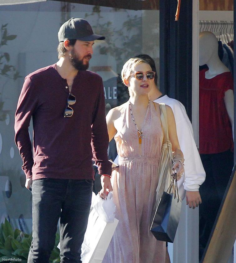 Ez a kép attól olyan exkluzív, hogy Kate Hudson és pasija épp táplálkozni és bevásárolni igyekeznek