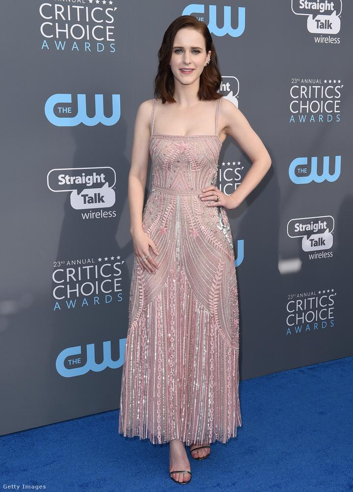 A kártyavár című sorozatból ismert Rachel Brosnahan púder rózsaszín Zuhair Murad ruhát viselt az éves Critics Choice-díjátadón.