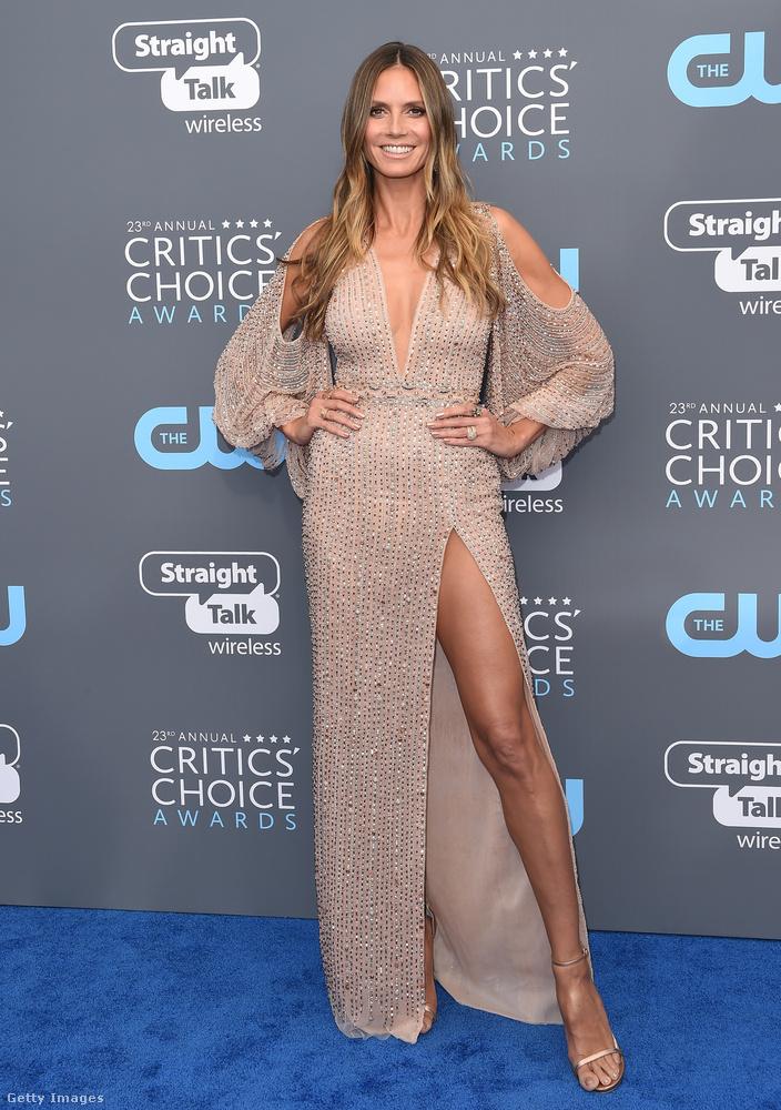 Bézs lábvillantós Georges Hobeika ruha Heidi Klum modellen.