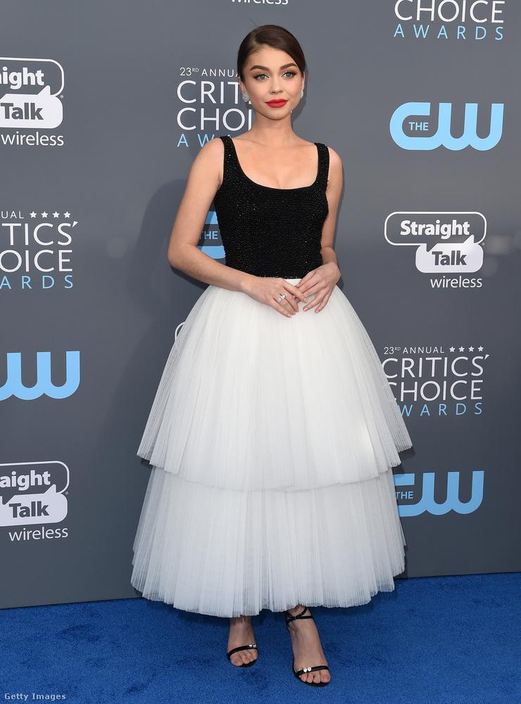 A modern család című sorozatból ismerős Sarah Hyland fekete-fehér tüll csodáját a New York-i tervező, Naeem Khan készítette.