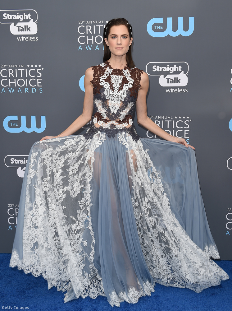 A Csajok című HBO sorozat sztárja, Allison Williams hercegnős ruháját a Dolce & Gabbana szállította le.