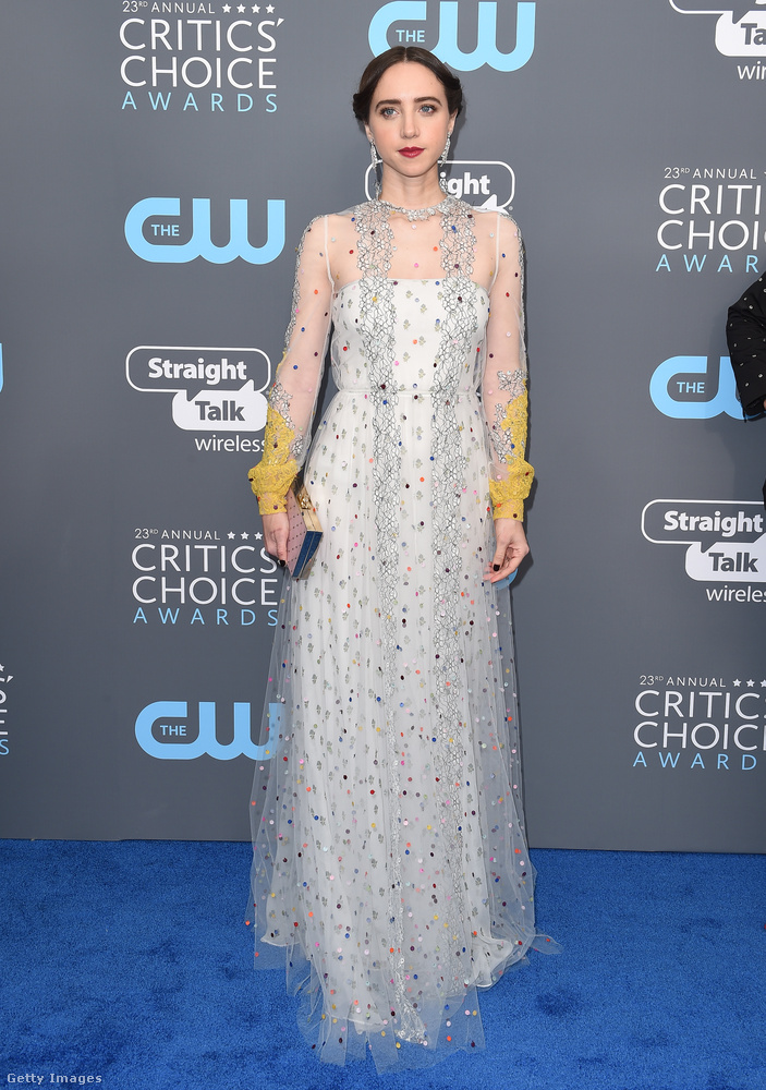 Pink clutch táska és áttetsző anyaggal kombinált, földig érő Valentino estélyi Zoe Kazan színésznőn.