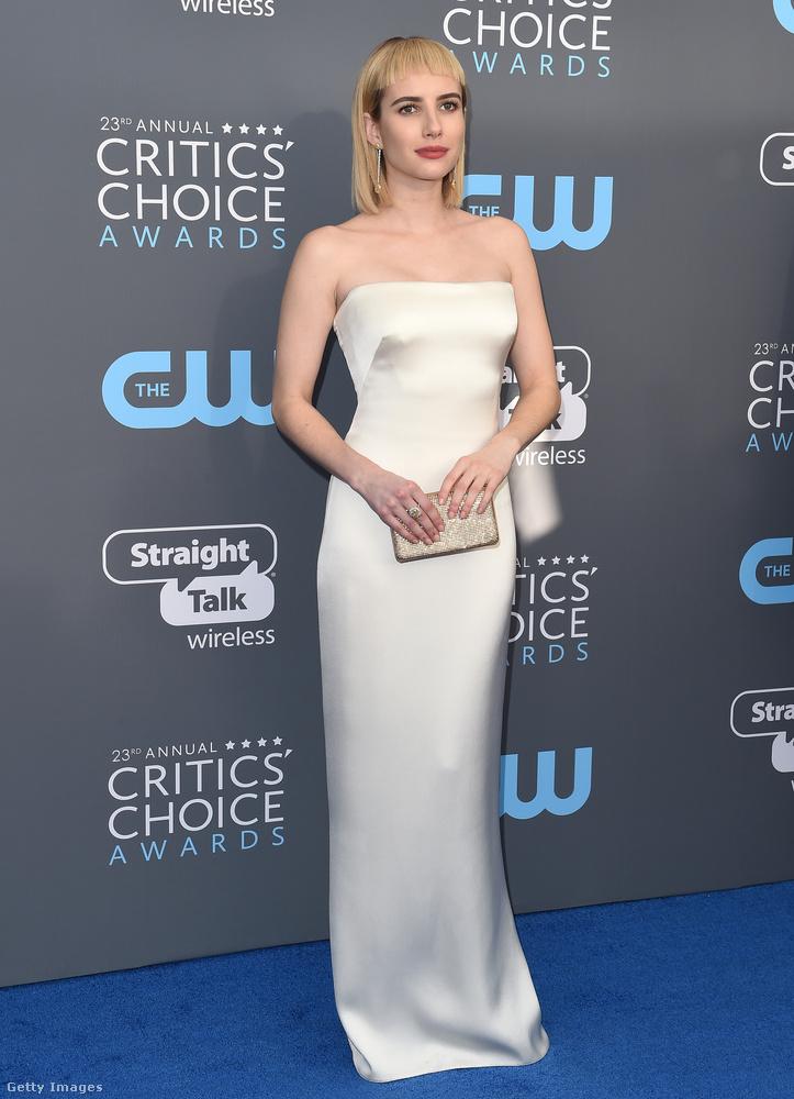 Julia Roberts unokahúga, Emma Roberts szerint is menő az ujjatlan, fehér estélyi a szezonban.