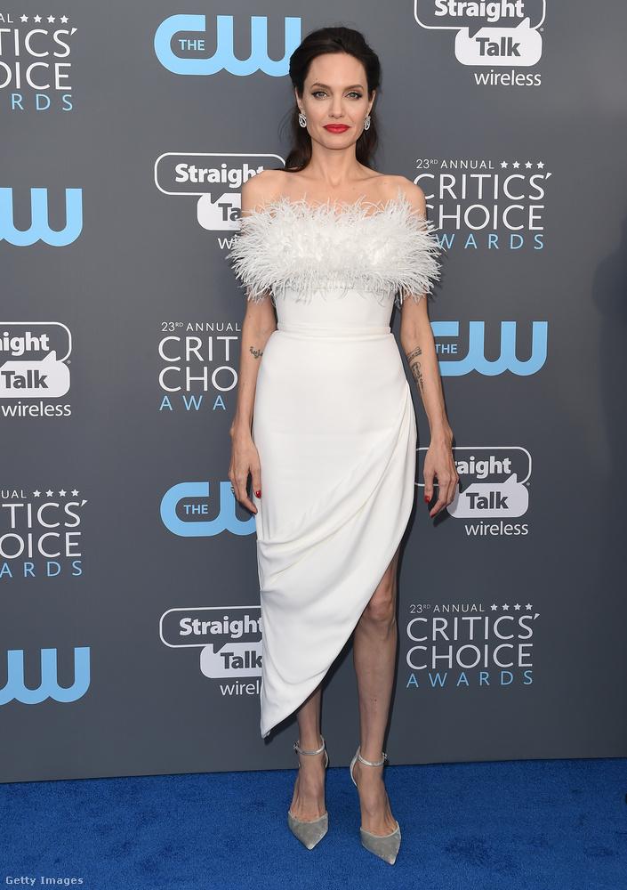 Kétségkívül Angelina Jolie tollas Ralph & Russo ruhája volt az egyik legszebb a felhozatalból.
