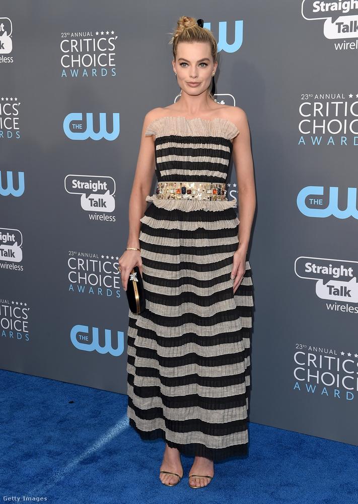Margot Robbie ebben az arany övvel átfogott csíkos couture ruhában vette a legjobb színésznőnek járó díjat (komédia kategóriában) a gálán.