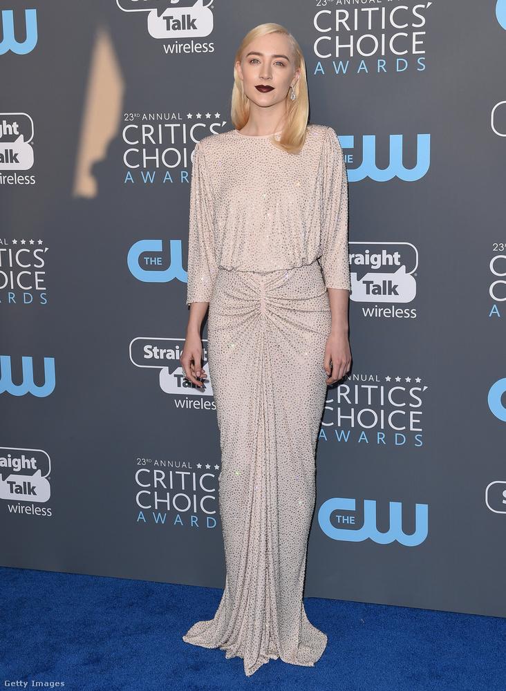 Sötét rúzs és régi hollywood-i dívákat idéző Michael Kors ruha a 23 éves, Oscar-díjra jelölt színésznőn, Saoirse Ronanon.