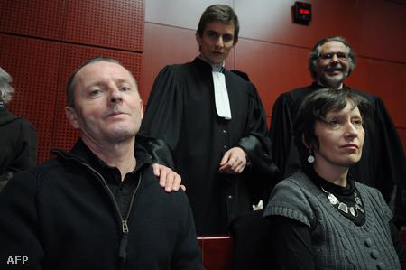 Didier Jambart és felesége, háttérben az ügyvédei