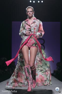 És akkor nézzük Rómát! Ez a ruha Renato Balestra kollekciójából való (figyeljék a lábbelit is!)