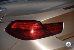 A szokásos, kortárs BMW L alakú, mások szerint cukrászlapát-lámpa
