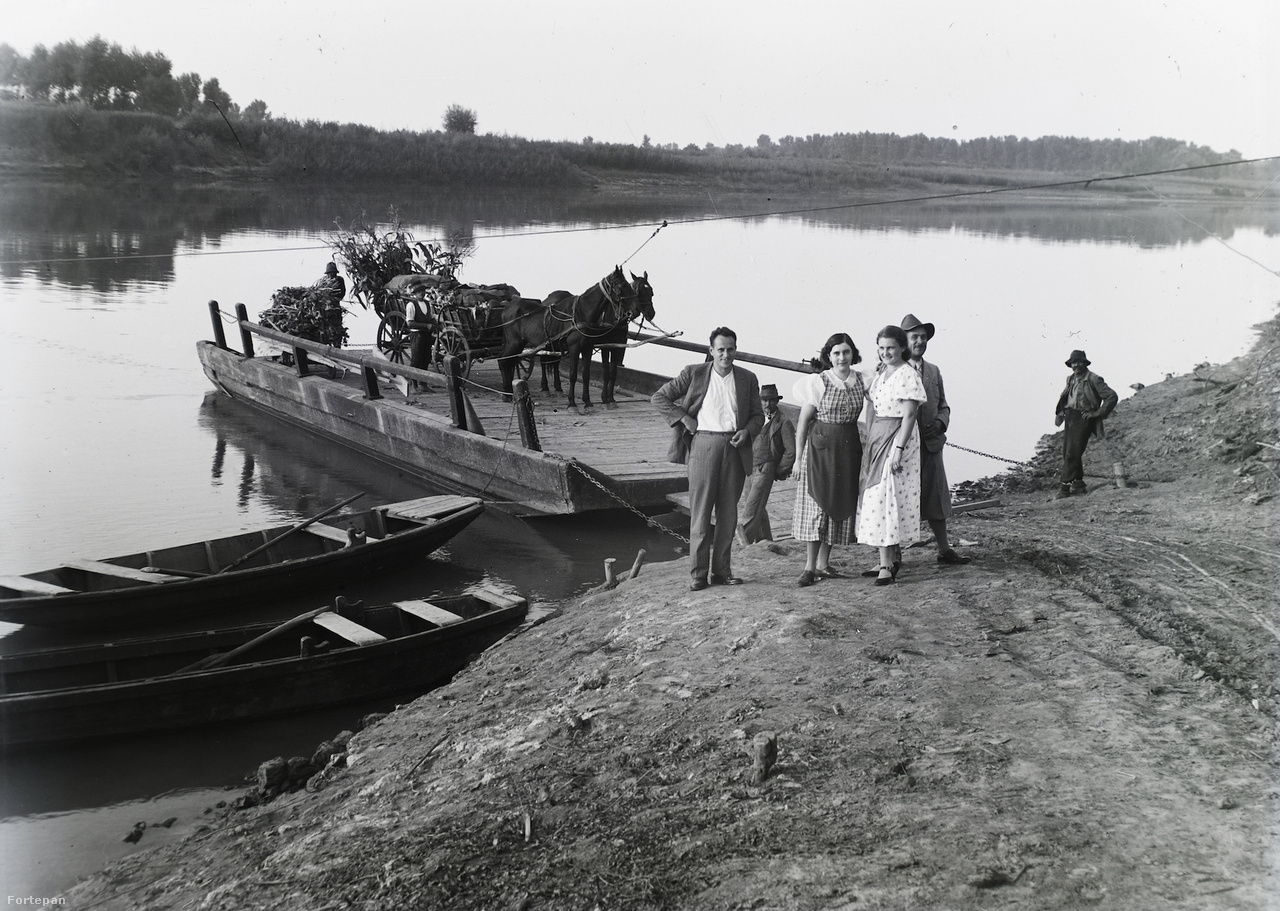 1936-ban, a vidéki Magyarország kontrasztja a közlekedési vívmányokhoz: a szentesi, emberi erővel hajtott kompon lovasszekér, mellettük ladikok.