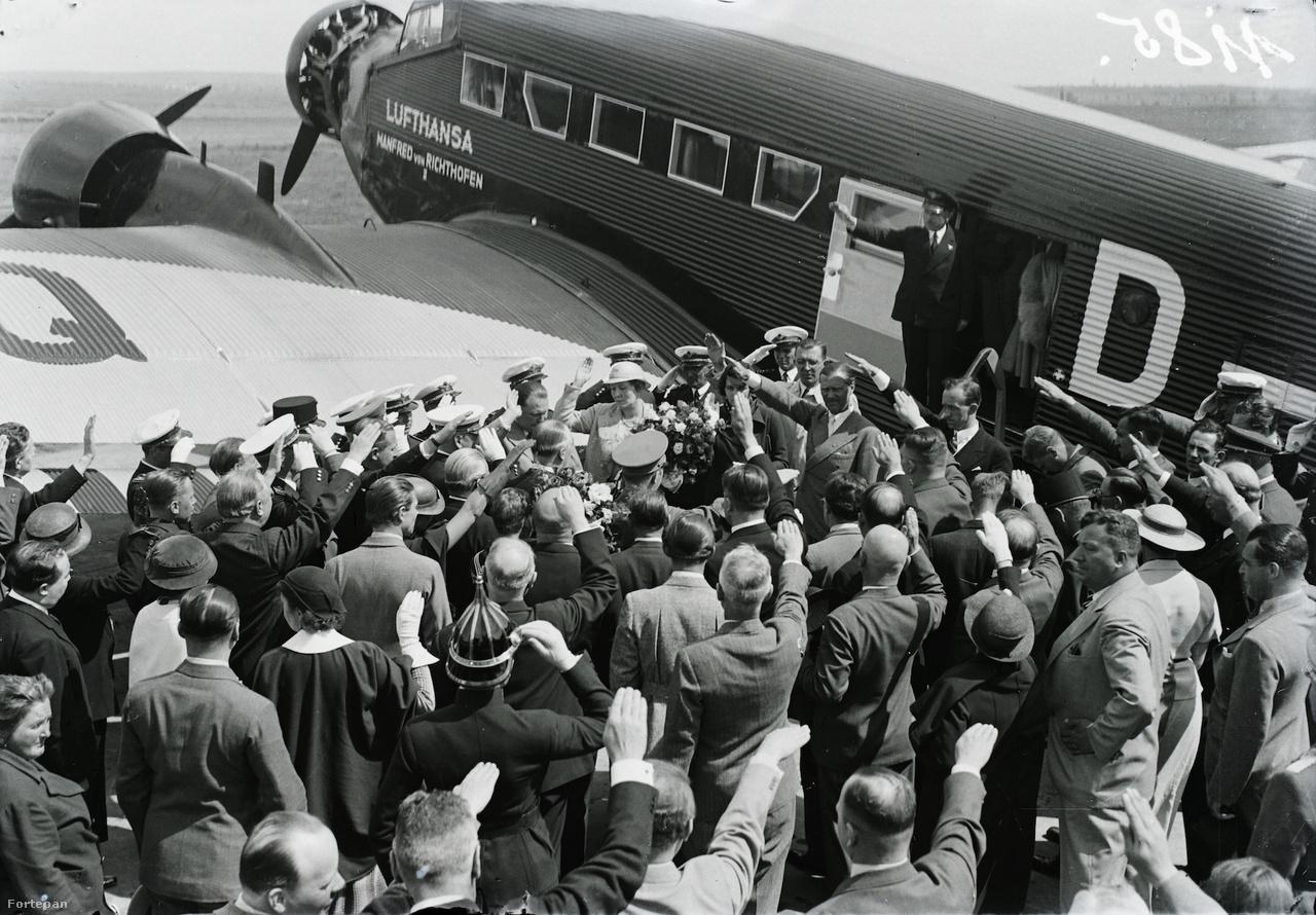 Heil Hitler! Hermann Göring, a náci Németország légierejének (Luftwaffe) parancsnoka többször is járt Magyarországon, többek között kinevezésének évben is ünnepélyesen fogadták a mátyásföldi repülőtéren, ahová egy Junkers Ju-52 repülőgéppel, a Manfred von Richthofennel érkezett. Göring ekkor a Gömbös Gyula vezette magyar kormánnyal találkozott 1935 októberében, Budapesten.