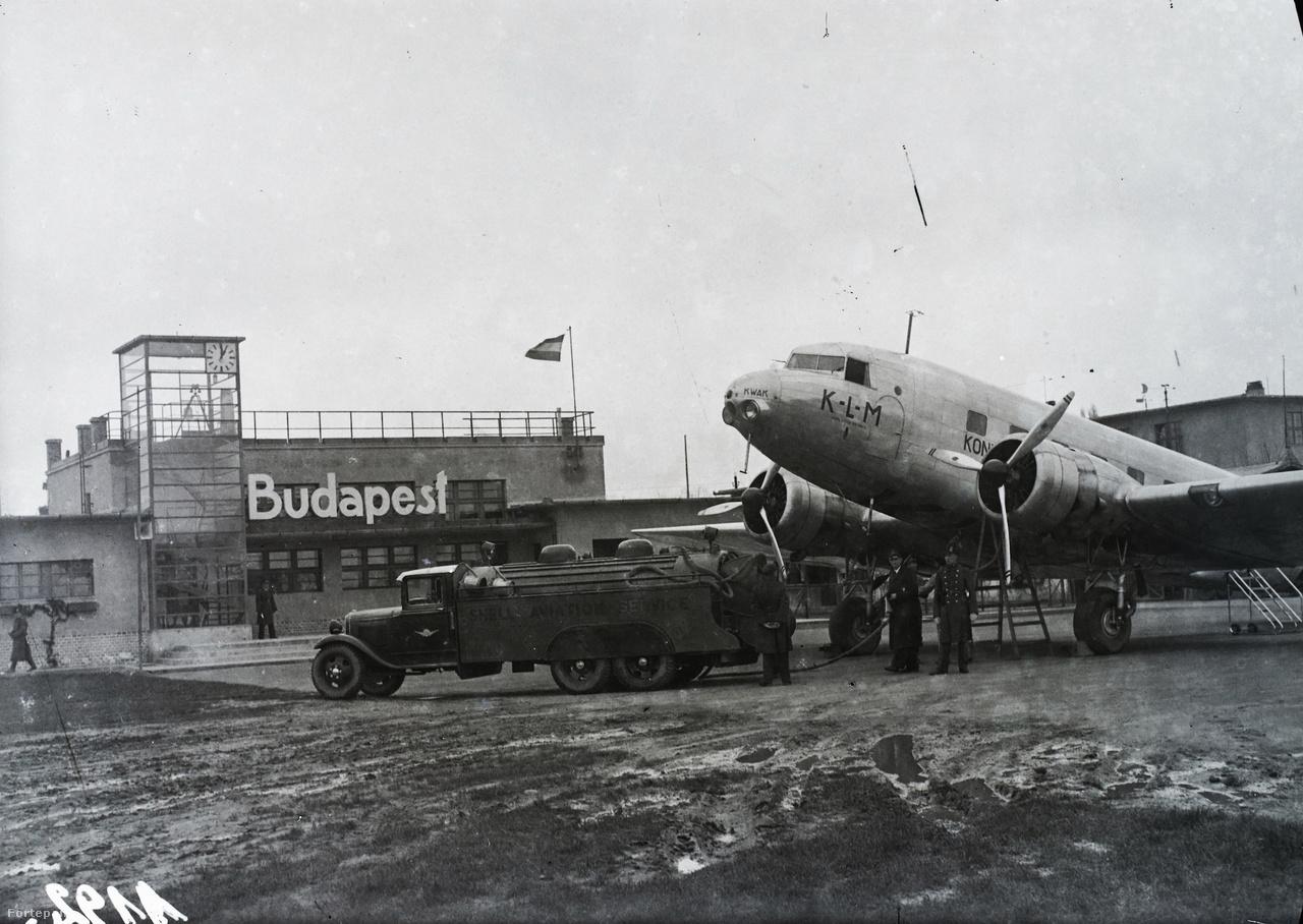 1935: A KLM holland királyi légitársaság indiai járatának utasszállító repülőgépe Budapesten, a mátyásföldi repülőtéren, üzemanyagfeltöltés közben. A képen egész pontosan a 11-es számú, Kwak névre hallgató DC-2-115E típusú gép látható (regisztrációs jele: PH-AKQ, hívószáma: 1363).