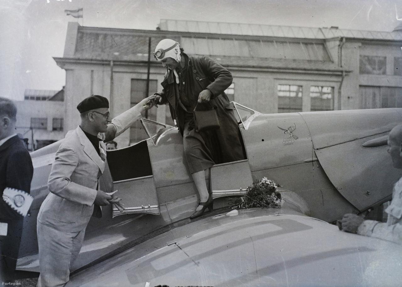 Egy angol gyártmányú Miles-Hawk kétüléses sportrepülőgépből száll ki egy nő a mátyásföldi repülőtéren, ahol pilótapikniket rendeztek több ország repülői részvételével (1935).