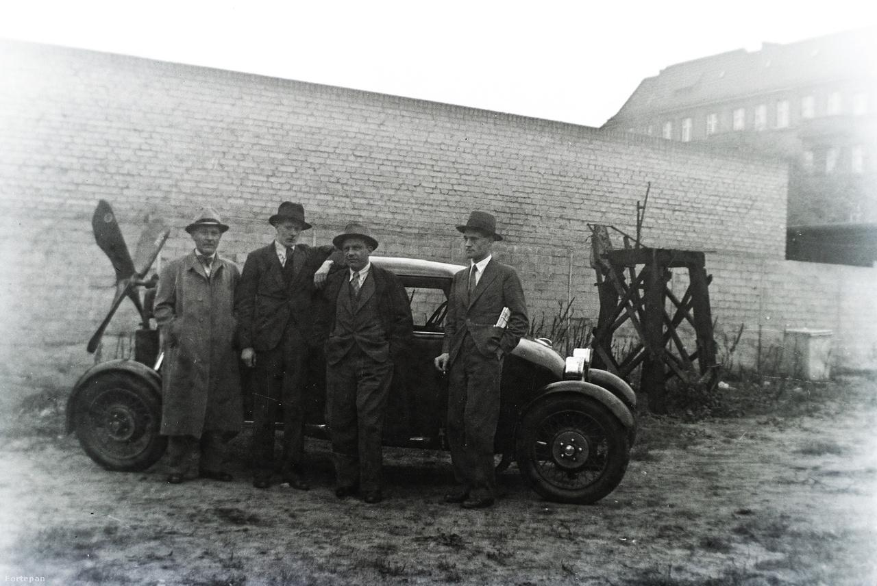 1932: Asbóth Oszkár légcsavaros autója, amely a próbafutások közben összetört, és megölte a sofőrt és utasát. A kép jobb szélén Az Est újsággal a zsebében maga Asbóth Oszkár látható. Asbóth megkérdőjelezhető feltalálói munkásságáról már írtunk a Közlekedési Múzeum archívumából előkerült képek segítségével.