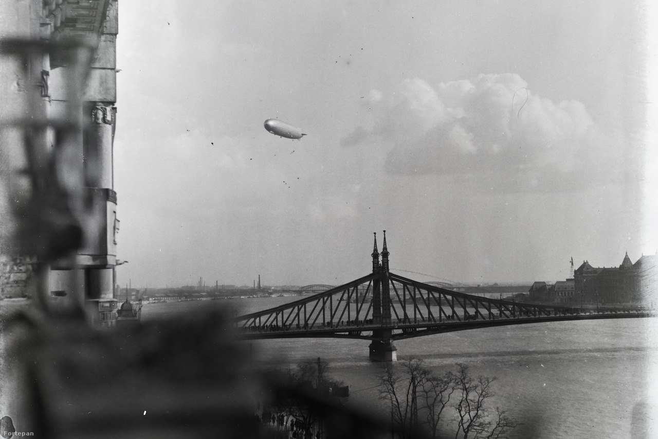 A német Graf Zeppelin léghajó 1931-es budapesti látogatása kiemelkedő esemény volt a magyar repüléstörténetben. Az ezüstszivar magyar körútjáról, fogadtatásáról ebben a fortepanos cikkünkben írtunk részletesen. A fotó a Duna fölött ellebegő hatalmas légijárműről a Ferenc József rakpart (ma: Belgrád rakpart) 17 egyik harmadik emeleti lakásának ablakából készült.