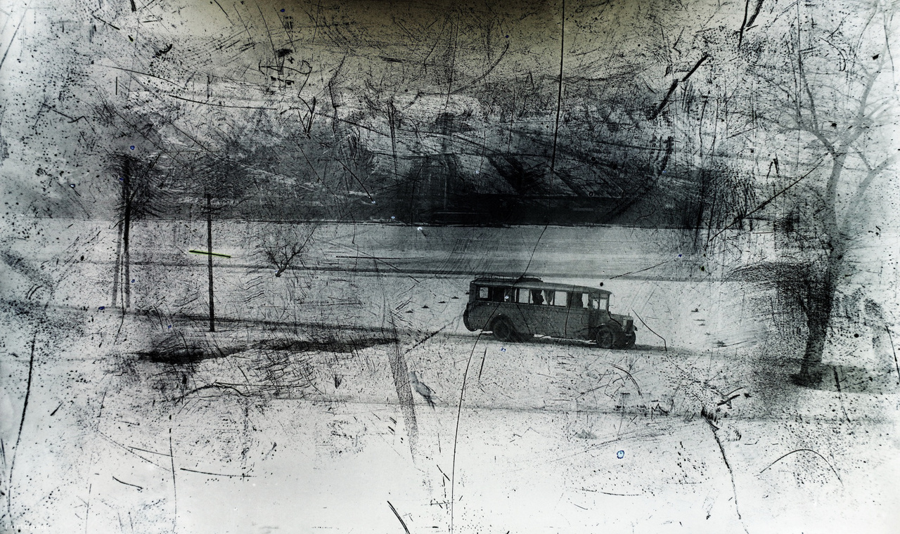 """A Budapesti Helyi Érdekű Vasút Rt. (BHÉV) MÁVAG-típusú, Bp 17-261 forgalmi rendszámú, a visegrádi vonalra beszerzett nagy autóbusza Visegrádon, 1928-ban. Ebben az évben a a BHÉV a kötöttpályás járművei mellé nyolc MÁVAG-Mercedes buszt vásárolt. Ebből hét N1 típusú volt 50 lóerős motorral, amelyben összesen 22 utas fért el (16 ülőhely, 6 állóhely), és egy nagyobb, 35 utas szállítására alkalmas 70 lóerős N2 típusú buszt is beszereztek. A cél az volt, hogy a leányfalui, visegrádi és a környékbeli falvakban épült hétvégi üdülőkhöz a tulajdonosok és vendégeik kényelmesen kijuthassanak. Ezt eredetileg HÉV-vel tervezték megoldani, de a buszok olcsóbbnak bizonyultak. 1933-ban a BHÉV beolvadt a Budapesti Székesfővárosi Közlekedési Rt (BSZKRT, avagy """"Beszkárt"""") ernyőszervezetbe. A MÁVAG-Mercedesek egészen az 1940-es évekig teljesítettek szolgálatot."""