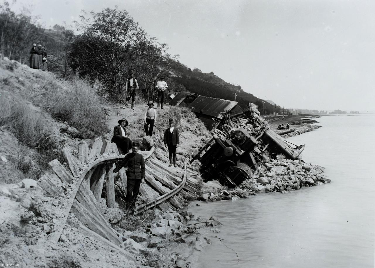 1914. május 11-én Balatonfűzfő és Balatonkenese között földcsuszamlás sodorta a Balatonba a MÁV 220 sorozatú mozdonyát és kocsijait. A mozdonyvezető szerencsére időben észlelte, hogy kezd megcsúszni a part. Visszatolatni már nem tudott az eldeformálódó pályán, de a Tapolcára tartó 1112-es számú személyvonat utasait figyelmeztette a veszélyre. Az emberek gyorsan kiugráltak a kocsikból, még mielőtt a szerelvény a Balatonba borult. Ahogy a MÁV jelentette: emberéletben nem esett kár.