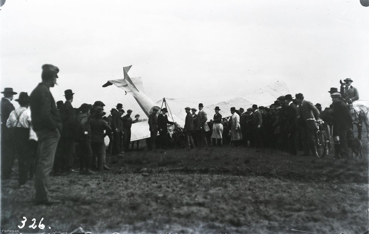 1912-re megépült a Kolbányi Géza negyedik repülőgépe is, a Kolbányi IV. Ezzel szépen repült Takács Sándor, sőt már a pilótaigazolványt is a zsebében érezte, ám a vizsgán egy leszállás során az egyenetlen talajon a gép összetört. A magyar repülés hőskoráról ebben a cikkünkben írtunk részletesen.