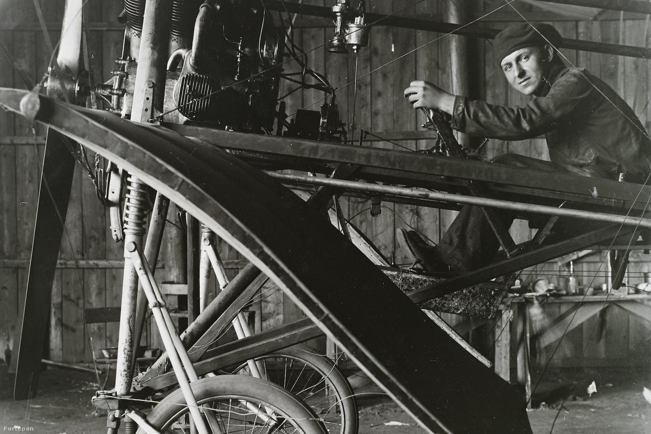 1911-es pillanatkép a hazai repüléstörténet kezdeti éveiből. A szerkezet amit látunk, Kolbányi Géza (1863-1936) repülőgép- és repülőgépmotor-tervező I. típusú repülőgépe Rákoson. A repülőgépet Kolbányi-Galcsek léghűtéses, legyező elrendezésű, 60 lóerős motor emelte a magasba. A repülőgép ülésében ifj. Kolbányi Géza látható.