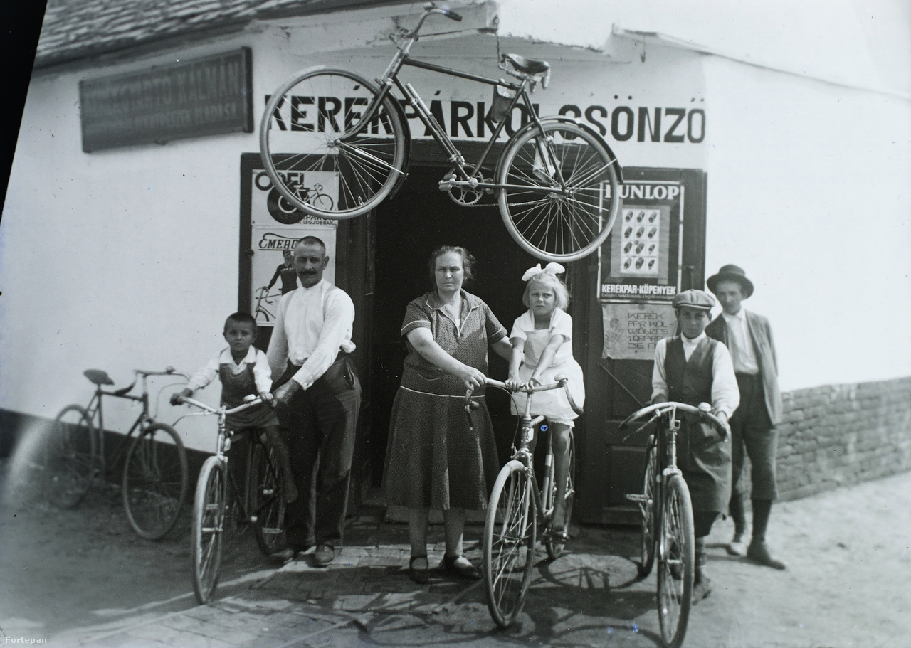 Kerékgyártó Kálmán kerékpárkölcsönzője, Szentes, 1930. Az ajtókon látható reklámplakátokért (Dunlop, de főleg az Emergé) ma vagyonokat adnának gyűjtők, ha fennmaradtak volna.