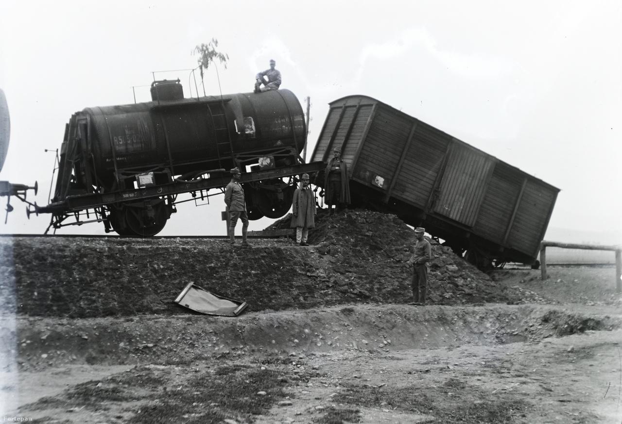 Hát, ezt alaposan túltolták (pálya végén túlfutott teher és tartálykocsi 1916-ból).