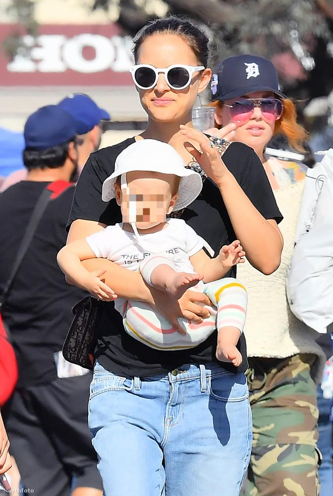 A színésznő és férje, Benjamin Millepied január 14-én fogták a gyerekeiket, és a fél napjukat egy pasadenai bolhapiacon töltötték