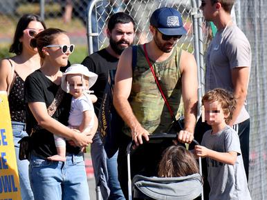 Így piacozik Natalie Portman a családjával