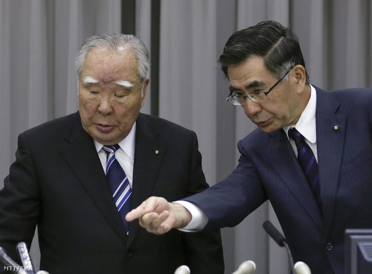 Szuzuki Oszamu a Suzuki Motor Corp. igazgatótanácsának elnöke és vezérigazgatója (b) és fia Szuzuki Tosihiro a japán jármûgyártó elnöke