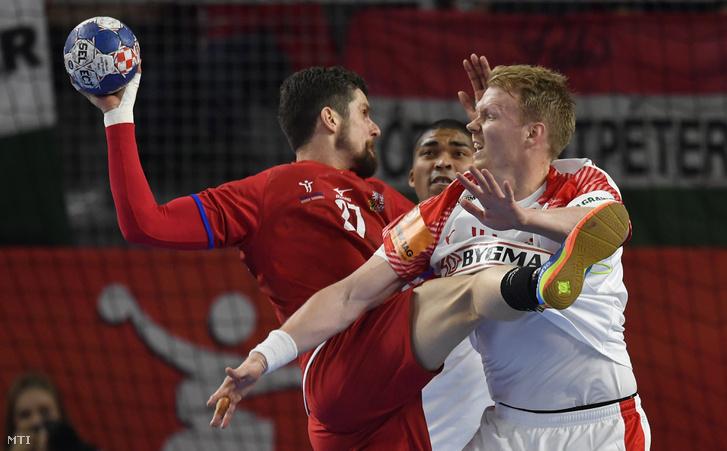 A cseh Ondrej Zdráhala (b) és a dán Anders Zachariassen a horvátországi férfi kézilabda Európa-bajnokság csoportkörének második fordulójában játszott Csehország - Dánia mérkőzésen Varasdon 2018. január 15-én.