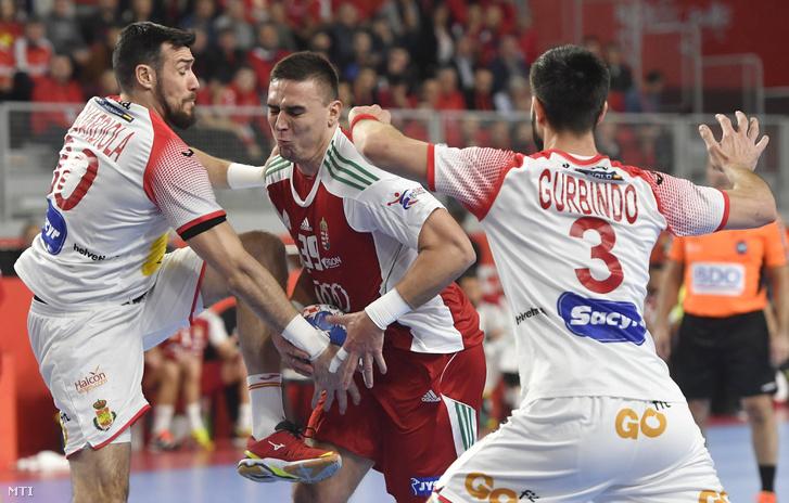 Bodó Richárd (k) mellette a spanyol Gedeon Guardiola (b) és Eduardo Gurbindo a horvátországi férfi kézilabda Európa-bajnokság csoportkörének második fordulójában játszott Magyarország - Spanyolország mérkőzésen Varasdon 2018. január 15-én.