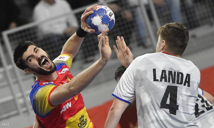A spanyol Eduardo Gurbindo (b) és a cseh Jan Landa a horvátországi férfi kézilabda Európa-bajnokság csoportkörének első fordulójában játszott Spanyolország - Csehország mérkőzésen Varasdon 2018. január 13-án.